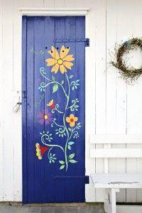 stenciled door - how pretty!