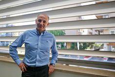 Martín González, en la ventana de su despacho en las oficinas del Real Zaragoza, con nuestras UPO-250 de fondo. - NURIA SOLER