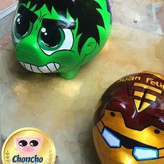 Iron Man y Hulk . Tus personajes favoritos para emprender desde ya la #CulturaDelAhorro , los encuentras aquí, en nuestro #Artepersonalizado #souvenir #arte #alcancia #alcanciaspersonalizadas #hulk #ironman #pig #pigbank #chanchitos #ideartecolombia #alcanciaspersonalizadas #barranquilla #Colombia Hulk, Piggy Banks, Mj, Iron Man, Superhero, Painting, Fictional Characters, Shoes, Miniature Pigs