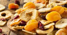 How to dehydrate fruit , The dehydrated fruit They can become healthy treats or snacks for children and adults, because we can not only eat them alone, but also accompanied by. Healthy Fruits, Fruits And Veggies, Healthy Snacks, Healthy Recipes, Free Recipes, Fruit Sec, Non Perishable Foods, Snacks Saludables, Emergency Food