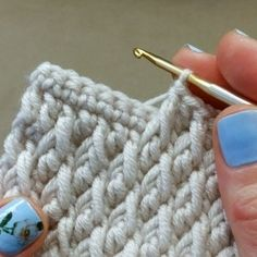 Free Crochet Stitches from Daisy Farm Crafts - Salvabrani Free Crochet Pattern for the Blueberry Stitch! Learn how to crochet bobbles with this easy crochet tutorial. ― Crochê Sem Mistérioさん( 「Quer Aprender A fazer Croche No Conforto Da Sua Casa Crochet Simple, Love Crochet, Learn To Crochet, Crochet Crafts, Crochet Yarn, Crochet Projects, Crochet Vests, Crochet Pouch, Crochet Stitches Patterns