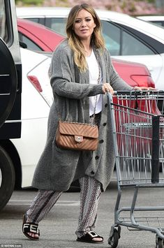 Hilary Duff wearing Chanel Chevron Classic Flap Bag and Fendi Logo Shearling Slides Hilary Duff Style, Mommy Style, The Duff, Star Fashion, Women's Fashion, Fendi, Celebrity Style, Cute Outfits, Street Style