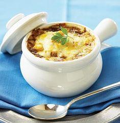 Heerlijk Frans soepje dat geserveerd wordt met een stukje stokbrood en gruyère. Even in de oven en smullen maar.