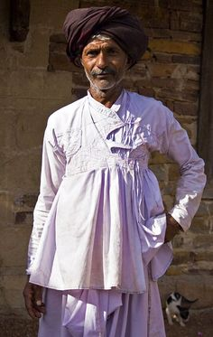 White cotton Rabari jacket, Gujarat or Rajasthan Indian Men Fashion, Asian Fashion, Costumes Around The World, Mode Costume, Indian Man, Kurta Designs, Traditional Dresses, Costume Design, Minimalist Fashion