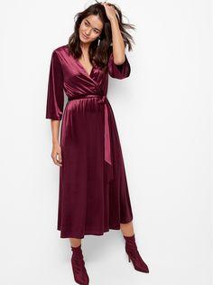 Denne kjolen i nydelig, myk velur har omslagsfront og er et perfekt og svært komfortabelt selskapsplagg. Knytebeltet fremhever silhuetten, og omslagsskjørtet viser litt av bena når du beveger deg.