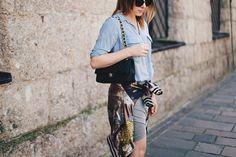 grauer Minirock, Wende-Bomberjacke, Streifen-Bluse, Chanel 2.55 Flap Bag…