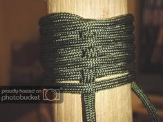Stave handle wrap - use this technique to wrap cat scratching post and the hot water pipe in the bathroom Paracord Braids, Paracord Bracelets, Paracord Belt, Knot Bracelets, Paracord Wrap Handle, Chain Saw Art, Parachute Cord Crafts, Zombie Squad, Hiking Staff