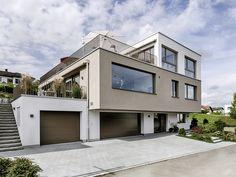 Mehrgenerationenhaus - ein unaufhaltsamer Trend Es sollte etwas auf dem Land sein, mit der Nähe zu Luzern, da die Bauherrin dort arbeitet. Lass auch Du dich inspirieren. Dein bautrends.ch - Inspirationsteam. . . #mehrgenerationenhaus #mfh #efh #einliegerwohnung #efhmiteinliegerwohnung #atmoshaus #bautrends Style At Home, Bungalow, Interior Architecture, Mansions, House Styles, Design, Home Decor, San Diego, Top