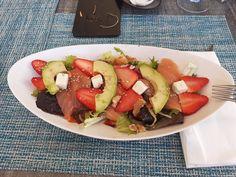 COMIDA DIA 28/03/2021 Queso Feta, Caprese Salad, Salmon, Food, Smoker Cooking, Avocado, Strawberry Fruit, Recipes, Essen