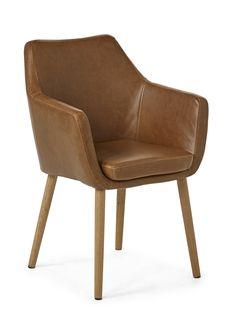 Holger är en skandinavisk karmstol med retro känsla. Den har ett skönt formspråk och en stoppad sits där du sitter riktigt bra. Holger är klädd i konstläder eller tyg och har ben i massiv ek. Använd den som stol vid matbordet eller som en liten fåtölj på väl vald plats i hemmet. Kombinera den gärna med andra delar i serien Holger eller vår serie Acky.