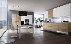 Cucina moderna su misura con finitura mista in essenza e laccato lucido. #cucina #mobili #arredamento
