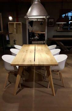 ZWAARTAFELEN I De Retro Sixty heeft een blad van maar 4 cm waardoor het een van onze lichtste tafels is. www.zwaartafelen.nl