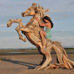 Una noche caíy lo miré bailardibujaba montañas con sus patasmontañas con venas de lechela leche de los árboles rotosAsí fuecaminé a su ladoy diez años lo vitragarse la luna que se formaalrededor de mis pezonesAmé un caballocomprendíel baile que rompe la semilla en miles de semillascanté y di a luz un caballo de vozuna palabra …