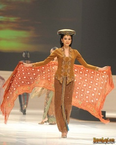 Indonesian Modern Kebaya - By Anne Avantie Indonesian Kebaya, Indonesian Women, Indonesian Wedding, Ethnic Fashion, Unique Fashion, Hijab Fashion, Batik Kebaya, Batik Dress, Modern Kebaya