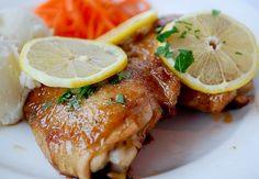 Il pollo al limone è una di quelle ricette che tutti dovremmo conoscere, facile da preparare e molto utile nei periodi in cui abbiamo bisogno di rimetterci in forma.