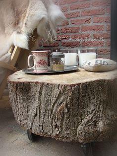Het hebben van een boomstamtafel is trendy en wij snappen wel waarom! Een lekker robuuste tafel in de kamer, waarmee je hetbuiten naar binnen haalt. Nu zijn wij vooral gericht op de tuin en plaatsen daarom graag boomstamtafels onder overkappingen en in buitenkamers. Voor hen die op zoek zijn naar wat boomstamtafel inspiratie voor in