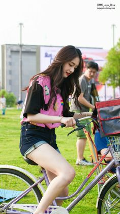 #pristin #kyulkyung #pinky Jeans For Big Thighs, Kpop Outfits, Cute Outfits, Ioi Pinky, Denim Shorts Style, Stylish Photo Pose, Best Jeans For Women, Ulzzang Korean Girl, Girl Photography Poses