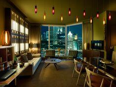 Beleuchtung im Wohnzimmer mit attraktiven Pendelleuchten in Rot und Orange