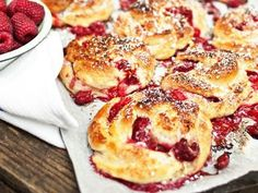 Raspberry and white chocolate buns, sounds sooo good! (Recipe in swedish) Best Dessert Recipes, No Bake Desserts, Kitchen Recipes, Baking Recipes, Baked Bakery, Cookie Cake Pie, Swedish Recipes, I Love Food, No Bake Cake