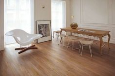 Abbinare porte e parquet (Foto) Dining Area, Dining Bench, Black Floor, Sweet Home, Flooring, Living Room, Interior Design, Furniture, Home Decor