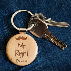 #Schlüsselanhänger aus Holz mit personalisierbarer #Gravur Individualisierbare Geschenke / #customizable gift idea for #christmas wooden key chain with engraved name made by RollingWoods via DaWanda.com