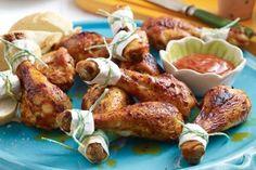 Spicy Party-Hähnchenschenkel Rezept: Zitrone,Tomatenketchup,Honig,Edelsüßpaprika,Chilipulver,Öl,Rauchsalz,Hähnchenunterkeulen,Küchengarn