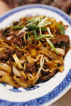 Stir Fried Beef Rice Noodles Who Does The Dishes Flat Rice Noodles Recipe, Rice Noodle Recipes, Stir Fry Recipes, Beef Recipes, Cooking Recipes, Beef Noodle Stir Fry, Beef And Noodles, Stir Fry Rice Noodles, Healthy Rice Noodles
