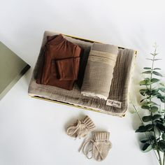 A beautiful new parent luxury baby gift box in neutral tones combined with pure cashmere and muslin. * Set of 2 four-layer 100% cotton muslin blankets with matching scalloped lace trim in Cocoa. Large 130x130cm / Small 60x50cm. * Baby cashmere socks with fold over cuff and ties in Sand, fits 0-6months. * Zip through romper with integrated scratch mitts and zip guard in Rust. * All orders arrive beautifully gift wrapped in our Deluxe gift box (35x25x10cm). Re-use as a keepsake box. Muslin… Baby Gift Box, New Baby Gifts, Cashmere Socks, Muslin Blankets, Cotton Muslin, Baby Arrival, Newborn Baby Gifts, Baby Feet, Scalloped Lace