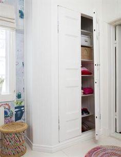 KLART! Pärlspont. Genom att använda en äldre spegeldörr och klä väggarna med pärlspont smälte garderoben in i miljön och såg ut som om den alltid stått där. Begagnade dörrar kan man hitta på blocket.se alternativt hos Nacka Byggnadsvård.