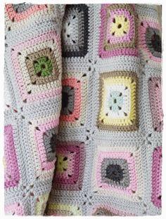 lovely crochet blanket @ Versponnenes - free pattern here but need to translate… Crochet Afgans, Manta Crochet, Crochet Home, Love Crochet, Knit Or Crochet, Crochet Motif, Beautiful Crochet, Crochet Square Patterns, Crochet Squares