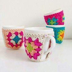 granny square mug cozy Crochet Coffee Cozy, Crochet Cozy, Crochet Granny, Crochet Gifts, Crochet Motif, Crochet Yarn, Crochet Patterns, Crochet Jar Covers, Mode Crochet