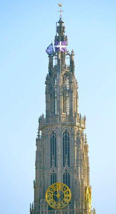 De paars-witte Beerschotvlag hangt uit voor onze Rik | KFCO Beerschot Wilrijk - Tene Quod Bene