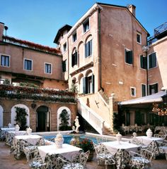 Hotel Giorgione is located in the heart of Venice, only 10 minutes away on foot from Piazza San Marco and 5 minutes from the Rialto Bridge.