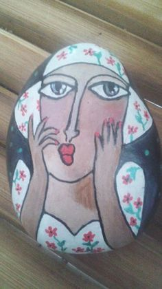 """Voici """"Madame jolie Fleur"""" peinte à la main sur un galet ramassé au bord d'une rivière. La peinture utilisée est de l'acrylique. Le galet est ensuite verni, ce qui rend la pein - 18412487"""