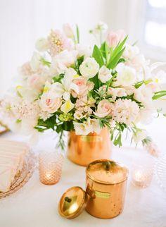 plantas na mesa da sala