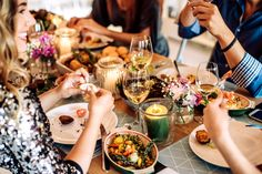 225 Conversation Starters for Any Situation - Gifts.com Blog Healthy Dinner Recipes, Healthy Snacks, Allergies Alimentaires, Dinner Party Games, Dinner Parties, Make Ahead Appetizers, Dinner With Friends, Conversation Starters, Conversation Topics