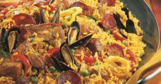 Retrouvez ici la recette traditionnelle, facile à réaliser et savoureuse de la paella royale. Poulet, lapin, porc, moules, calamars, langoustines, poivrons, tomates sont rassemblés dans cette recette parfaite pour un menu espagnol ! Rice Dishes, Couscous, Main Meals, Fish Recipes, Quinoa, Risotto, Seafood, Food And Drink, Cooking