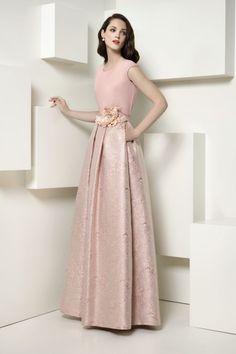 Falda larga evasé realizada en tejido adamascado color rosa nude y combinada con blusa a tono en crepe. Lleva cinturón...