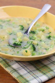 Esta rica sopa es una combinación de papa y brocolí con una base de caldo de pollo.