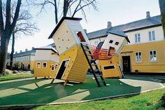 serie de casas retorcidas, también con varias alturas, y conectadas entre si por puentes y escaleras. ¿Por qué están las casas deformes? Son detalles que completará la propia mente del chaval, mientras juega.
