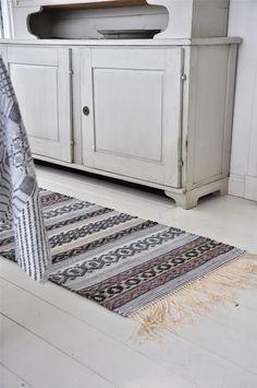 LOPPBERGA: Grått eller blått? Small Round Rugs, Accent Rugs, Recycled Fabric, Woven Rug, Hand Weaving, Beige, Inspiration, Carpets, Rug Ideas
