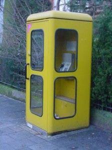 DIE GELBE TELEFONZELLE - da sind wirklich viele Erinnerungen und Geschichten mit verbunden. Bis in die 80er waren da sogar immer die 3 dicken Telefonbücher, zum Hochklappen, drin. Wann sind die Zellen verschwunden? Mit der Privatisierung nach 1990 wurden sie silber-magenta. Da war's nicht mehr dasselbe. Dann kamen die Handys. Heute sind sie gefühlt schon lange weg. Sammelobjekt.