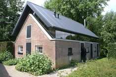 Mien Ruyshuis (beautiful that floating roof!) – Mien Ruyshuis (beautiful that floating roof! Modern Small House Design, Modern Barn House, Roof Design, Exterior Design, Beautiful Architecture, Modern Architecture, Farmhouse Architecture, Old Home Remodel, Stone Houses