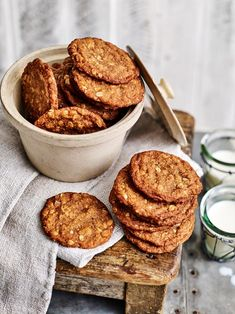 How to make the best Anzac biscuits of all time - The best Anzac biscuit recipe, whether you like them soft and chewy or with an extra bit of bite! Australian Food, Australian Recipes, Aussie Food, Baking Recipes, Cookie Recipes, Dessert Recipes, Ww Recipes, Snack Recipes, Crack Crackers