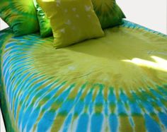 Tie Dyed King Duvet Cover by dyeworx on Etsy How To Tie Dye, How To Dye Fabric, Cama Tie Dye, Tie Dye Sheets, Tie Dye Crafts, Tie Dye Techniques, King Duvet, Queen Duvet, Tie Dye Designs