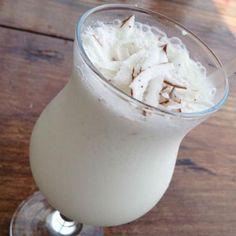 Receita de Batida de Coco - 1 quanto baste de coco , 1 lata de leite condensado , 400 ml vodka , 1 vidro de leite de coco , 1 quanto baste de gelo
