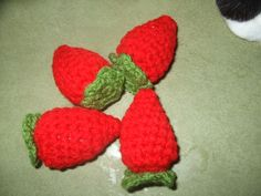 crochet strawberries - lots of fun other crocheted food on this site
