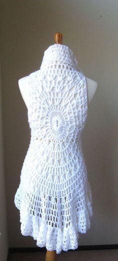 Die weiße Weste kann getragen werden, so wie man will, wie eine Weste oder Poncho, ein Tuch oder einen Schal. Alles in einem Kleidungsstück, wird