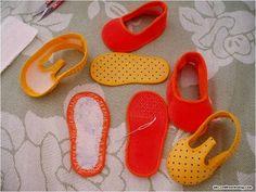 Meninas e Meninos aqui vai mais dois modelinhos de sapatinhos para bebê.  Encontrei num site estrangeiro,e olhando o passo-a-passo vi que e...