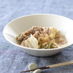 白菜とひき肉の味噌煮込みのレシピ毎週更新している「料理家さんの定番レシピ」。本日は「白菜とひき肉の味噌煮込み」の作り方です。体が温まり、白菜がたっぷり食べられるレシピですよ!材料(2人分)